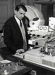 Pierre Schaeffer dans son laboratoire à l'ORTF