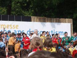Hugues Aufray entouré des scouts sur scène