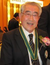 Yoritake Matsudaira lors de la remise du Loup de bronze
