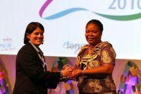 Linden Edgell (à gauche) remettant à Leymah Gbowee, militante de la paix au Liberia, le prix du centenaire de l'AMGE (® AMGE)