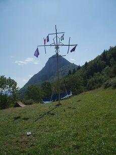 Un mât reprenant le symbole des scouts de France