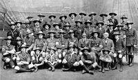 Le major Wade, à la gauche de Baden-Powell lors du jamboree de 1920