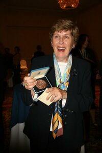 Mary Lynn Myers recevant la médaille de bronze de l'AMGE lors de la convention des Girls scouts of USA en 2008 (® AMGE)