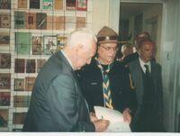 Jean Guilbart présentant le livre d'or du musée Thorey-Lyautey à Pierre Mesmer, ancien premier ministre en visite