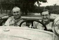 Roger Drapier (à gauche) et Guy de Larigaudie (à droite) à bord de leur voiture mythique