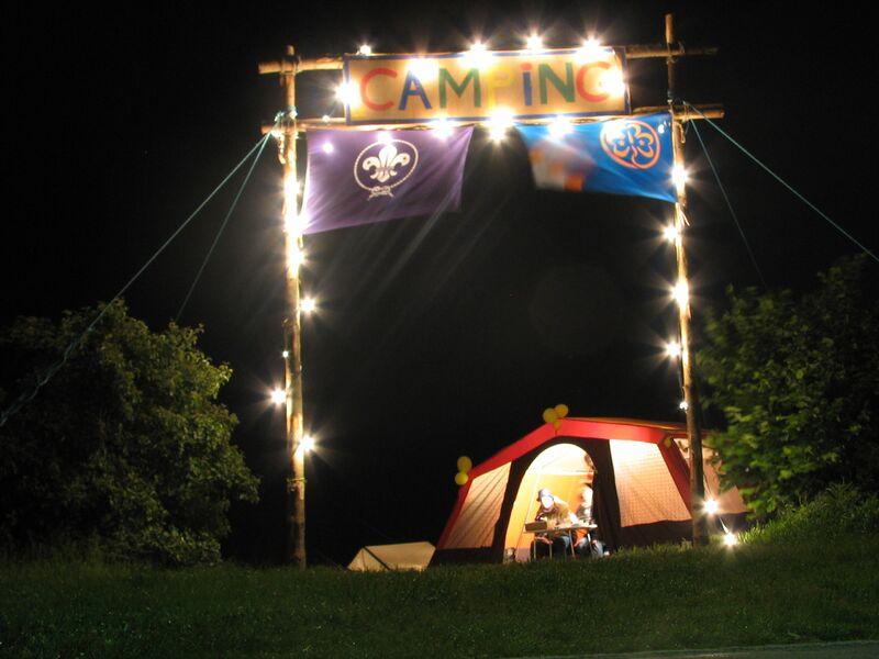 Datei:Portique camping nuit.jpg