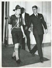 Bernard accompagné du chef des huissiers de la Maison-Blanche lors de son départ (International News Photos - NY)