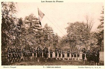 Salut aux couleurs chez les Scouts de France.
