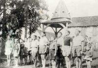 André Casati à l'extrême gauche - 1943 Camp de patronage à Minervois près d'Aix en Othe.