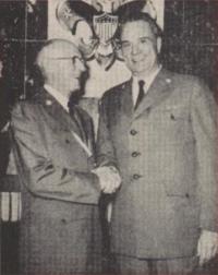 Arthur A. Schuck, à gauche, accueillant son successeur Joseph_Brunton, à droite (Boy's Life août 1960)