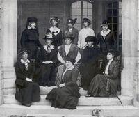 Lady Mary Pellatt et les premières cheftaines à Casa Loma, vers 1918 (Archives de Girl Guides of Canada - Guides du Canada)