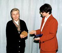 """Marie-Claire Gousseau recevant une récompense """"Mot d'or"""" en 1998 pour son ouvrage sur le français"""