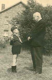 Étienne Van Hoof et petit louveteau.jpg