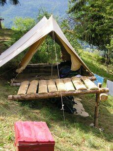 Un modèle de tente avec des lits confortables