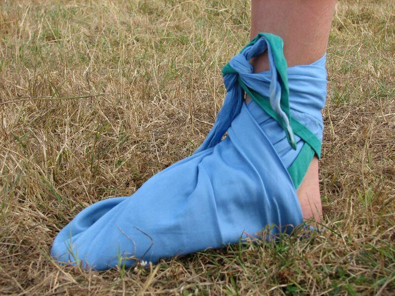 Datei:Bandage du pied avec un foulard.jpg