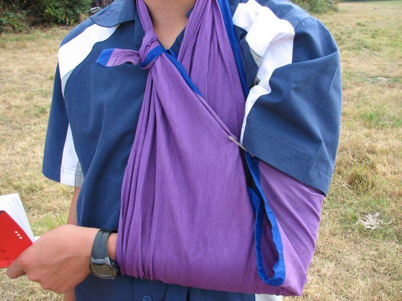 Datei:Mise d'un bras en écharpe.jpg